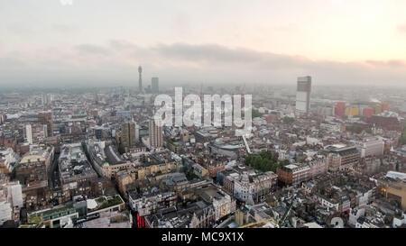 London Town Centre ville Vue aérienne avec de beaux nuages Skyline feat. Central Apartments toits et immeubles en Angleterre Grande-bretagne UK Banque D'Images