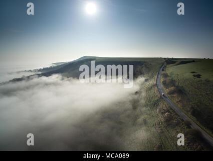 Firle, East Sussex. 14 avril 2018. Les South Downs émerger de faible élévation morning mist couvrant le Low Weald par un beau matin de printemps. © CAP/Alamy Live News
