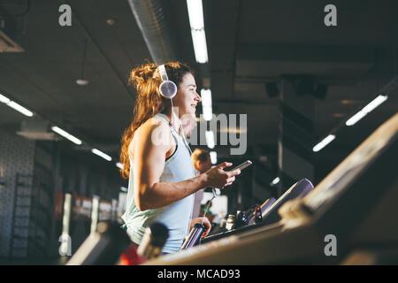 Thème Le Sport Et La Musique Une Belle Caucasian Woman Running In