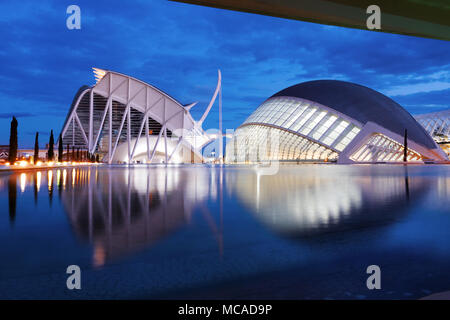 Cité des Arts et des Sciences de l'hemisferic futuristic architecture moderne building at night, Valencia, Espagne, Europe Banque D'Images