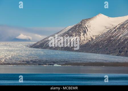 Les icebergs vêlé en lagon de Jökulsárlón Glacier Breiðamerkurjökull provenant du volcan Öraefajökull le long de la côte sud de l'Islande Banque D'Images