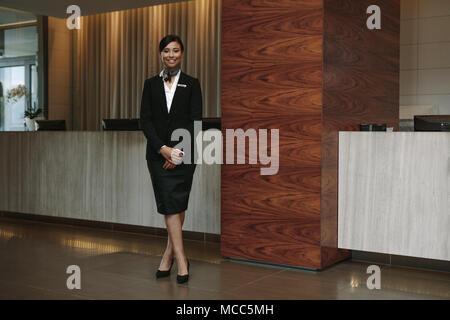 Portrait de femme chef de l'article sur le lieu de travail. Belle femme réceptionniste travaillant dans l'hôtel. Banque D'Images