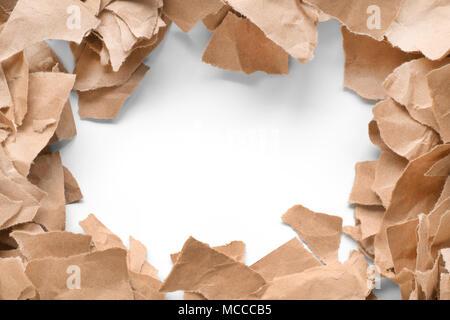 Morceaux de papier déchirés brun allongé comme un cadre. L'espace blanc dans le centre.