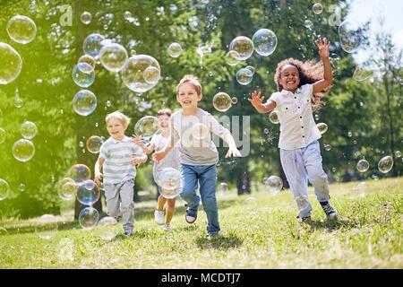 Les petits enfants s'amuser en plein air