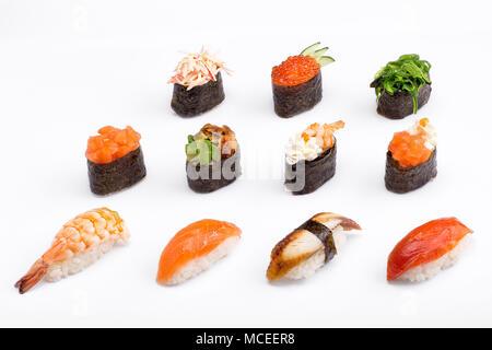 Différents types de Sushi sur un fond blanc. Gamme. Isolées.