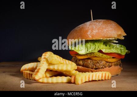 Burger & frites avec de l'espace fond sombre Banque D'Images