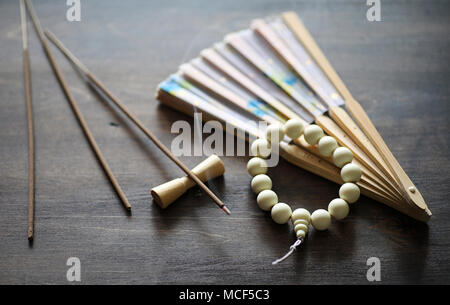 Perles et de l'encens sur table en bois