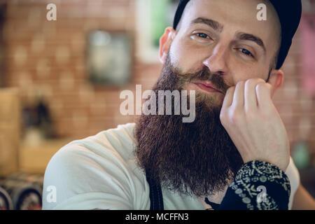 Close-up portrait d'un jeune et à la mode coiffeur mâle