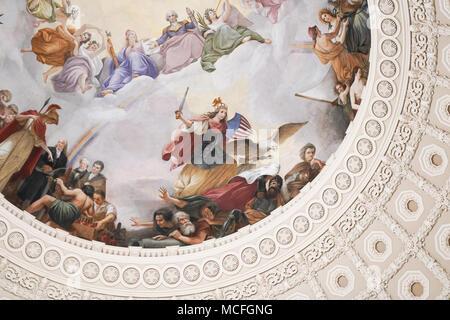 Une vue de la fresque au plafond sur le dôme du Capitole (Apothéose de Washington par Grec-italien Constantino Brumidi artiste) à Washington DC aux