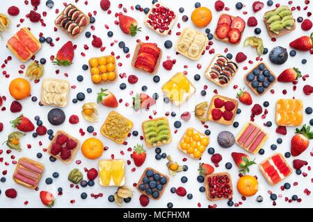 Tartes aux fruits carrés colorés sur fond blanc Banque D'Images