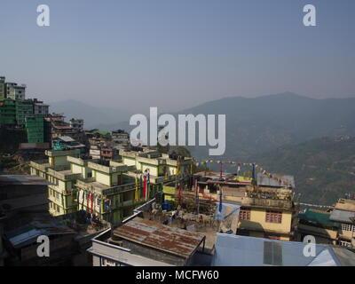 Gangtok, Sikkim, Inde, 17 avril 2011: La vue sur le centre-ville de Gangtok. Gangtok est la capitale de l'état du Sikkim en Inde. Banque D'Images