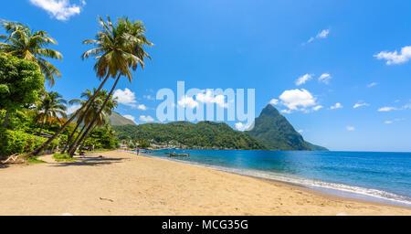 Paradise beach à Soufriere Bay avec vue sur le piton à petite ville de Soufrière, Sainte-Lucie île tropicale des Caraïbes.