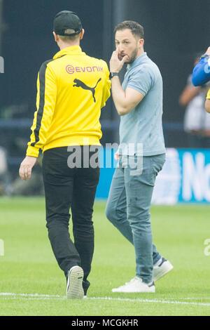 Gelsenkirchen, Allemagne. Apr 15, 2018. Peter STOEGER (gauche, Stoger, coach n') et Domenico TEDESCO (entraîneur, GE) poignée de main après le jeu, plein la figure, football 1ère Bundesliga, 30e journée, le FC Schalke 04 (GE) - Borussia Dortmund (NE ) 2: 0, le 15.04.2017 à Gelsenkirchen, Allemagne. Utilisation dans le monde entier   Credit: dpa/Alamy Live News Banque D'Images