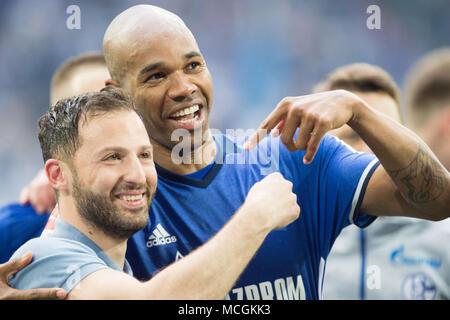 Gelsenkirchen, Allemagne. Apr 15, 2018. Domenico TEDESCO (gauche, coach, GE) et NALDO (GE) montrer les uns les autres, en pointant, jubilation, ils applaudissent, ils applaudissent, joie, Cheers, célébrer, jubilation finale, football 1ère Bundesliga, 30e journée, le FC Schalke 04 (GE) - Borussia Dortmund (NE) 2: 0, le 15.04.2017 à Gelsenkirchen, Allemagne. Utilisation dans le monde entier   Credit: dpa/Alamy Live News Banque D'Images