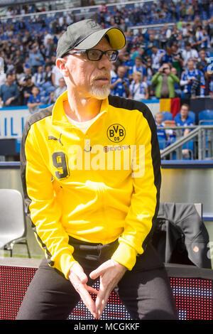 Gelsenkirchen, Allemagne. Apr 15, 2018. Peter STOEGER (Stoger, coach n') attend une entrevue de TV avant le match, la moitié de la figure, la moitié de la figure, format vertical, 1er Football Bundesliga, 30e journée, le FC Schalke 04 (GE) - Borussia Dortmund (NE) 2: 0, am 15.04.2017 à Gelsenkirchen, Allemagne. Utilisation dans le monde entier   Credit: dpa/Alamy Live News Banque D'Images