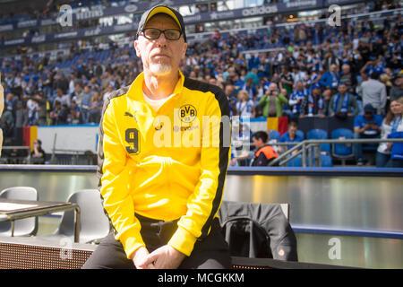 Gelsenkirchen, Allemagne. Apr 15, 2018. Peter STOEGER (Stoger, coach n') attend une entrevue de TV avant le match, la moitié de la figure, la moitié de la figure, football 1ère Bundesliga, 30e journée, le FC Schalke 04 (GE) - Borussia Dortmund (NE) 2: 0, 15.04. 2017 à Gelsenkirchen, Allemagne. Utilisation dans le monde entier   Credit: dpa/Alamy Live News Banque D'Images