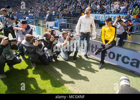 Gelsenkirchen, Allemagne. Apr 15, 2018. Peter STOEGER (droit, Stoger, coach n') attend une entrevue de TV avant le match et est assiégé par les photographes, la figure complète, football 1ère Bundesliga, 30e journée, le FC Schalke 04 (GE) - Borussia Dortmund (NE) 2: 0, le 15.04.2017 à Gelsenkirchen, Allemagne. Utilisation dans le monde entier   Credit: dpa/Alamy Live News Banque D'Images