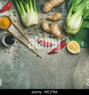 Télévision à jeter des ingrédients de la cuisine asiatique sur le béton, l'arrière-plan de récolte carrés Banque D'Images