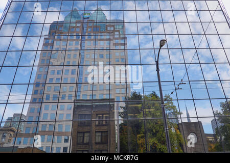 Réflexions d'une tour de bureaux dans le centre-ville de Hamilton Street, Vancouver, Canada Banque D'Images
