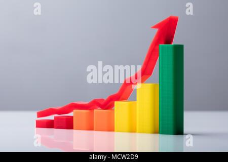 Multi Colored Business Graph avec flèche rouge visible vers le haut