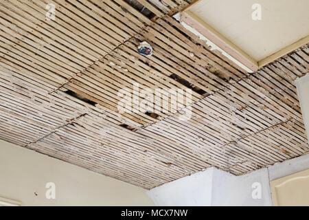 Le Lattis Et Plâtre Ancien Plafond En Besoin De Réparation Banque D