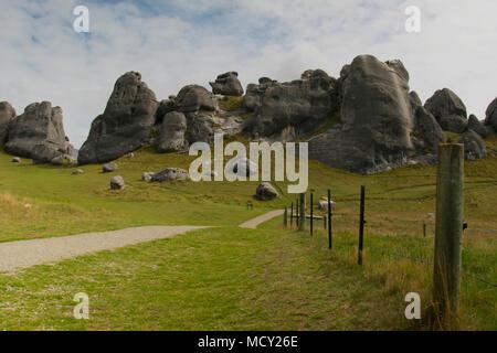 Rock formation dans un champ dans le sud de l'île de la Nouvelle-Zélande Banque D'Images
