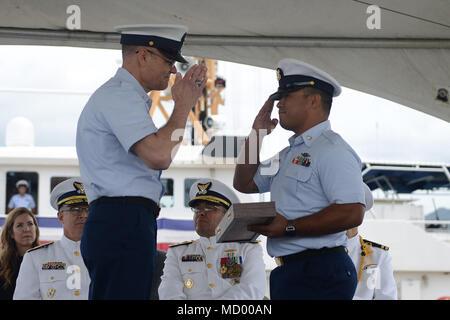 Master Chief Petty Officer Mark Pearson, chef principal de commande, la Garde côtière du Pacifique, présente la mise en service de pennant Maître de 2e classe Matthieu Concepcion, un maître de manœuvre à bord du garde-côte américain Joseph Gerczak (CMP 1126), au cours de la cérémonie de mise en service sur la base d'Honolulu, 9 mars 2018. Le Gerczak Joseph est le deuxième de trois Honolulu FRCs qui desservent principalement les principales îles hawaïennes. (U.S. Photo de la Garde côtière canadienne par le maître de 3e classe Amanda Levasseur/libérés)
