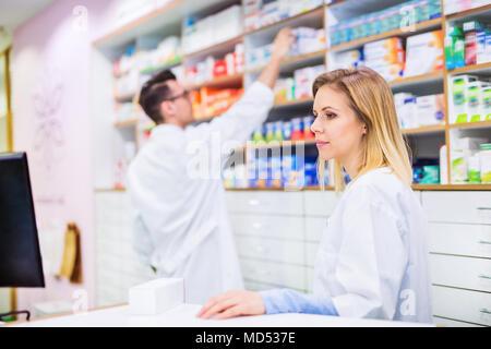 Deux pharmaciens travaillant dans une pharmacie. Banque D'Images