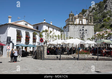 Cafe à town square avec la Iglesa de Nuestra Senora de église Aurora, Grazalema, Parc Naturel Sierra de Grazalema, Andalousie, Espagne, Europe