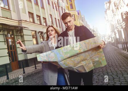 Cute couple voyage promenade en ville Banque D'Images