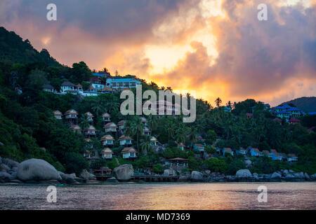 Lever de soleil ciel derrière Koh Tao island destination voyage les plus populaires dans le sud de la Thaïlande Banque D'Images