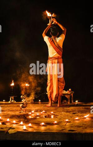 L'hindouisme: Ganga Aarti puja (cérémonie du soir) à Varanasi, Inde Banque D'Images