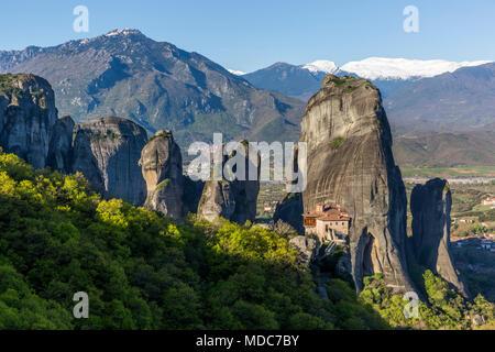 L'énorme rocher piliers et monastère de Rousanou dans Météores, Grèce