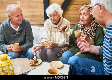 Senior Friends Enjoying Tea Time in Cafe Banque D'Images