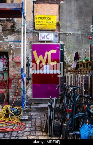 Berlin, Mitte. Schokoladen Projet culturel dans l'ancien bâtiment dans Ackerstrasse. Détail de construction. Porte des toilettes avec WC sign Banque D'Images
