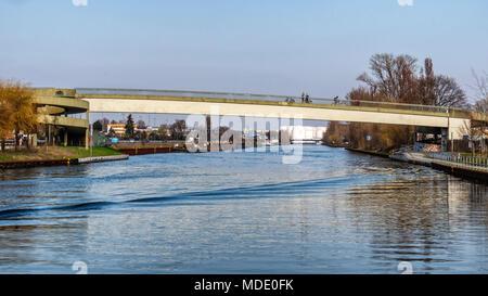 Arrondissement Charlottenburg-Wilmersdorf de Berlin. Goerdeler Steg - passerelle passerelle pour piétons au-dessus du canal Westhafen Banque D'Images