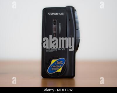 Enregistreur audio analogique avec lecteur de cassettes sur la table debout
