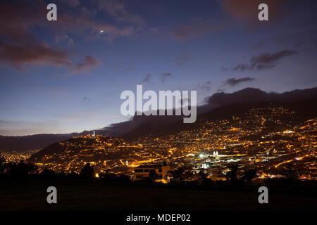 Vue sur Quito par nuit du parc Itchimbia Banque D'Images