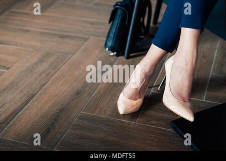 Close-up of a woman's legs en tailleur pantalon et stiletto guérit Banque D'Images