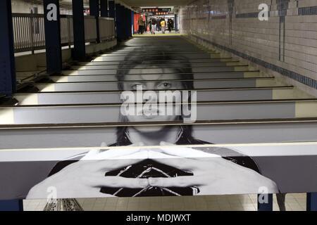 New York City, New York, USA. Apr 19, 2018. Dans le quartier de Manhattan où il vécut et mourut tranquillement en janvier 2016, le légendaire rocker David Bowie photographic images et citations sont allés sur l'affichage à l'arrêt de métro. Du 18 avril au 13 mai, mur images de taille moyenne et de l'art inspiré par le musicien de la couleur sur les murs dans le métro de son ancien quartier. Credit: Ronald G. Lopez/ZUMA/Alamy Fil Live News Banque D'Images