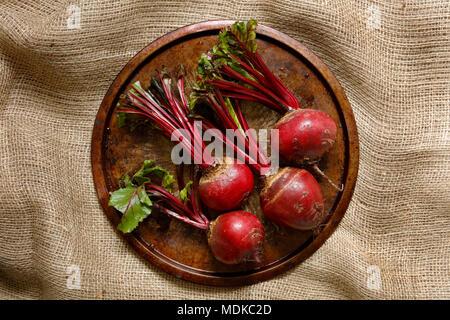 Les betteraves fraîches sur le plateau métallique sur sac en toile de jute cloth Banque D'Images