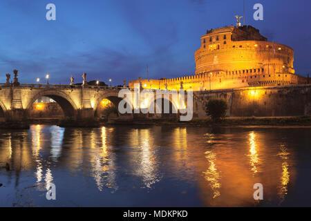 Engelsburg et Engelsbrücke, Dawn, Rome, Latium, Italie Banque D'Images