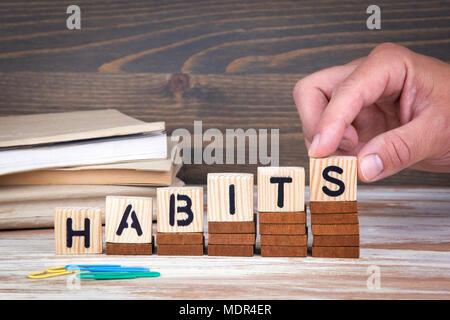 Concept d'habitudes. Lettres en bois sur le bureau d'information et de la communication, bureau arrière-plan Banque D'Images