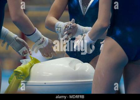 Female hands clapping gymnastes de poudre de craie blanche au championnat Banque D'Images