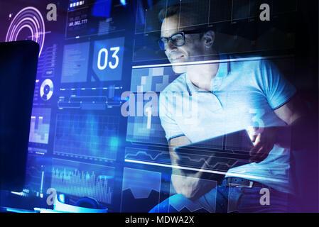 Ingénieur en logiciel à la recherche d'attention à l'écran tout en travaillant Banque D'Images