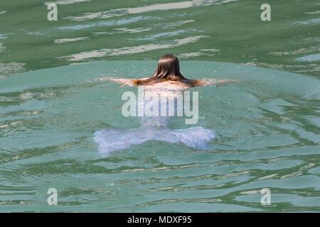 Porthleven, Cornwall, UK. 21 avril 2018. C'est Météo France chaud et ensoleillé pour Laura Evans, la sirène de St Ives, à l'eau à l'alimentation d'aujourd'hui festival de Porthleven. Crédit: Simon Maycock/Alamy Live News Banque D'Images