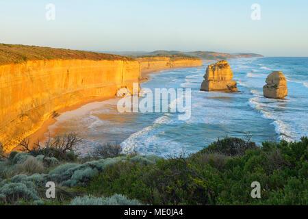 Les cheminées en pierre calcaire des Douze Apôtres le long du littoral côtier à Princetown, Great Ocean Road, à Victoria, Australie