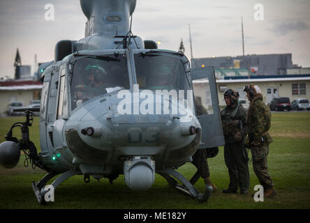 """Conseils d'un chef de l'équipe de passagers sur un UH-1Y Venom au Camp Foster, Okinawa, Japon, le 15 décembre 2017. L'Escadron d'hélicoptères d'attaque légère Marine 369 fourni Le lieutenant général Brian D. Beaudreault, commandant adjoint des plans, des politiques et des opérations, un vol autour de la préfecture d'Okinawa pour évaluer la qualité de service de la Marine Corps. chowhalls La """"gunfighters'"""" sont prêts à agir à tout moment est crucial pour le maintien d'un Canada plus fort, plus capable de l'avant dans la force déployée Indo-Asia-région du Pacifique. HMLA-369, Marine Aircraft Group 39, 3rd Marine Aircraft Wing, est actuellement déployée en vertu de l'avant"""