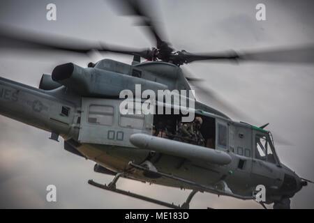 """Le lieutenant général Brian D. Beaudreault, commandant adjoint des plans, politiques et opérations, parle à l'UH-1Y Venom au Camp d'équipage Foster, Okinawa, Japon, le 15 décembre 2017. L'Escadron d'hélicoptères d'attaque légère Marine 369 fourni Beaudreault un vol autour de la préfecture d'Okinawa pour évaluer la qualité de service de la Marine Corps. chowhalls La """"gunfighters'"""" sont prêts à agir à tout moment est crucial pour le maintien d'un Canada plus fort, plus capable de l'avant dans la force déployée Indo-Asia-région du Pacifique. HMLA-369, Marine Aircraft Group 39, 3rd Marine Aircraft Wing, est actuellement déployée en vertu de l'avant l'u"""