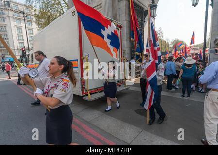 Londres, Royaume-Uni. 21 avril 2018. Les Scouts arméniens imputées sur le premier mars arménien par Londres de Marble Arch au cénotaphe au début d'une série d'événements commémorant le 103e anniversaire du début du génocide des Arméniens. Ils exigent l'UK suivre l'exemple de nombreux autres pays et reconnaître le génocide des Arméniens. Entre 1915 et 1923 tués en Turquie, les Arméniens de 1,5 m autour de 70 % de la population arménienne, mais la Turquie refuse toujours d'accepter ces massacres comme un génocide. Crédit: Peter Marshall/Alamy Live News